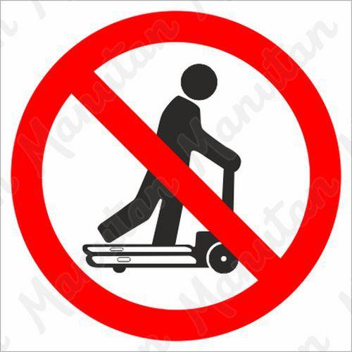 Tiltó táblák - Raklapemelőn közlekedni tilos